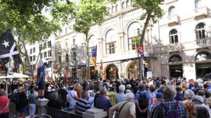 Desenes de persones protesten davant el Liceu