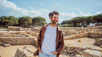 Joan Dausà, a Empúries , un espai emblemàtic on celebrarà sis concerts en què es presentaran les cançons del nou disc que es publicarà a la tardor