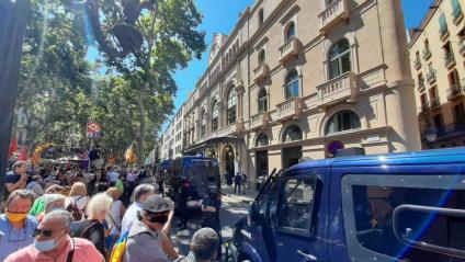 Desenes de persones es concentren davant el Liceu, blindat pels mossos