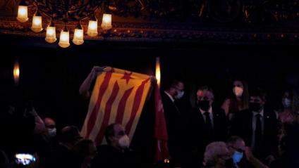 La persona d'Arran que ha demanat la independència a l'inici de la conferència de Pedro Sánchez i que portava una estelada i una bandera d'Arran Jovent