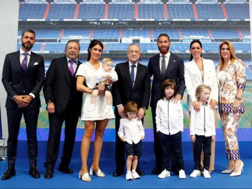 Ramos, amb la seva família i el president, Florentino Pérez, en l'acte institucional
