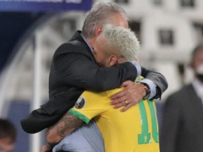 Neymar s'abraça amb Tite després del seu gol