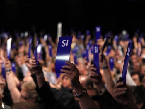 Socis compromissaris del Barça votant afirmativament en una assemblea