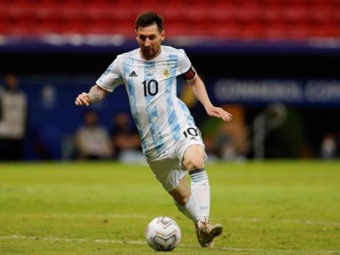 Leo Messi condueix la pilota en el partit contra l'Uruguai