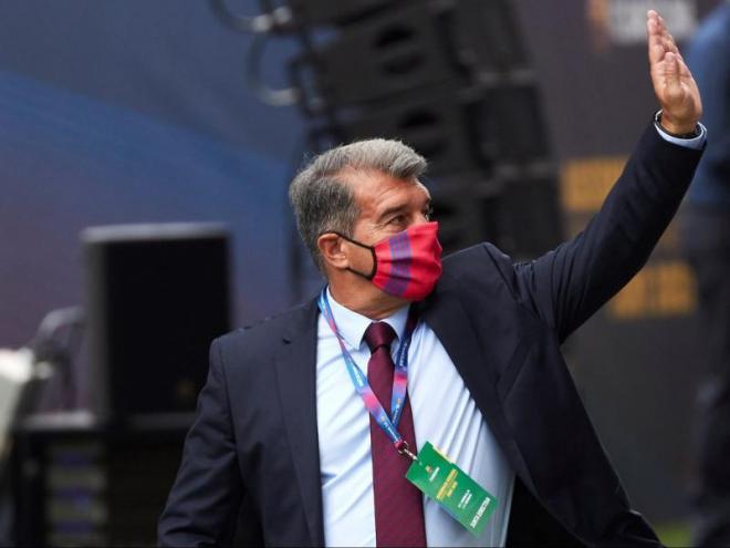 Laporta saluda els compromissaris, ahir, al Camp Nou