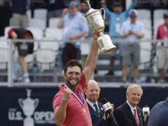 Jon Rahm aixeca feliç el trofeu de campió