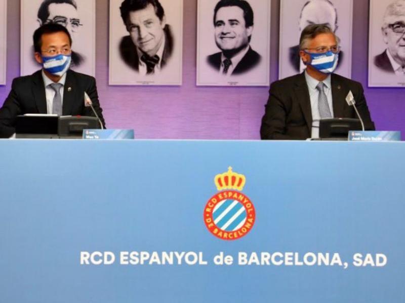 José María Durán acompanyat del conseller Mao Ye en un moment de la junta d'accionistes del club.