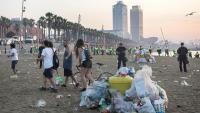 La revetlla de Sant Joan de l'any passat a la Barceloneta a les 6h del matí amb policia fent fora la gent i escombriaires netejant la platja