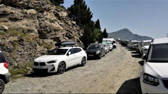 Cotxes aparcats a la carretera de Fontalba