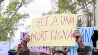 Imatge d'un cartell a favor d'una mort digna en una manifestació