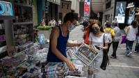 Una noia compra el diari 'Apple Daily', a punt de tancar, a Hong Kong