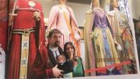 Dani Cornellà amb la seva companya Aina i el seu fill Guerau amb els gegants de Girona