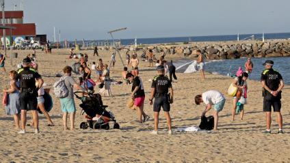 La policia desallotjant les platges ara fa un any, quan es va prohibir la celebració de la revetlla al litoral