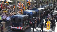 Furgons dels mossos blindaven ahir el Liceu durant la protesta per l'acte de Pedro Sánchez per anunciar els indults