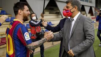 Leo Messi i Joan Laporta estrenyen les mans en la visita del president en un entrenament