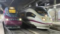 El primer tren AVLO, el tren d'alta velocitat de baix cost de Renfe, que ha sortit aquest dimecres des de Sants