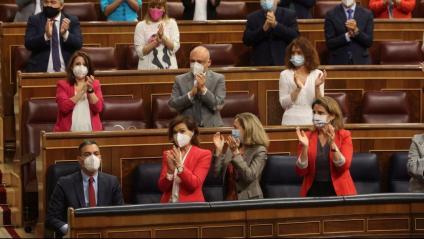 El president del govern espanyol, Pedro Sánchez, rep l'aplaudiment de la bancada socialista durant la sessió de control al Congrés i l'endemà d'aprovar els indults