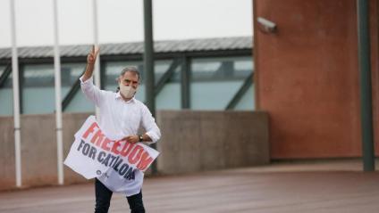 El president d'Òmniu, Jordi Cuixart, que estava de permís, ha entrat a Lledoners per firmar l'excarceració i recollir les seves coses