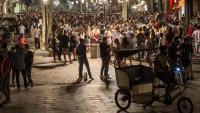 Imatge del passeig del Born de Barcelona ple de gent de copes a mitja nit