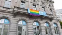 Un dels edificis de l'Eurocambra amb la bandera LGTBI penjada a la façana