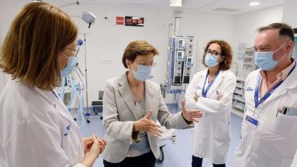 La secretària de Salut Pública, Carmen Cabezas, intercanviant opinions amb part de l'equip mèdic de l'hospital Vall d'Hebron, ahir al matí