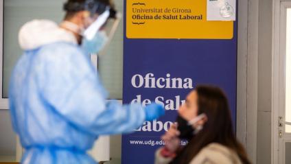Un professional fa una PCR a una persona