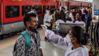 Personal mèdic, practicant un test de Covid-19 a l'estació de Bombai