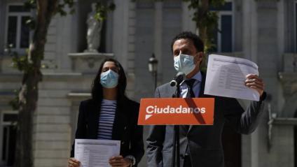 Inés Arrimadas i Edmundo Val, de Ciutadans, daant el Suprem