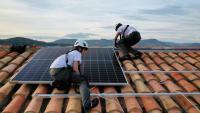 Instal·lació de plaques fotovoltaiques a la teulada d'una casa