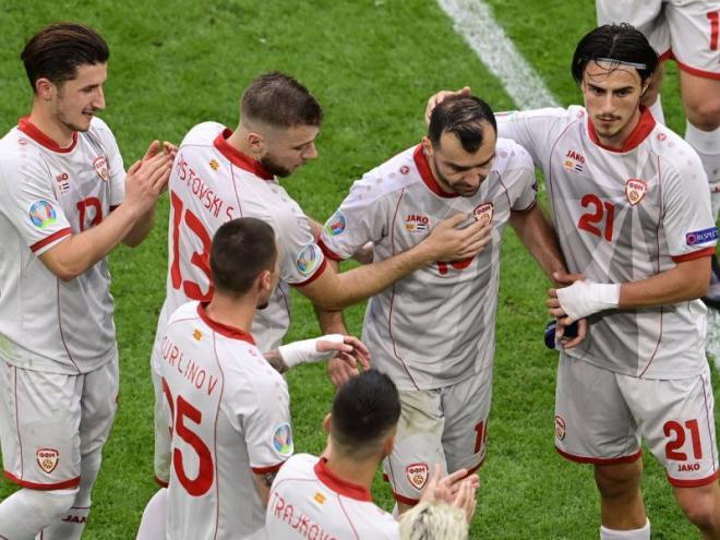 Els jugadors de Macedònia del Nord han fet el passadís a Pandev quan l'han substituït