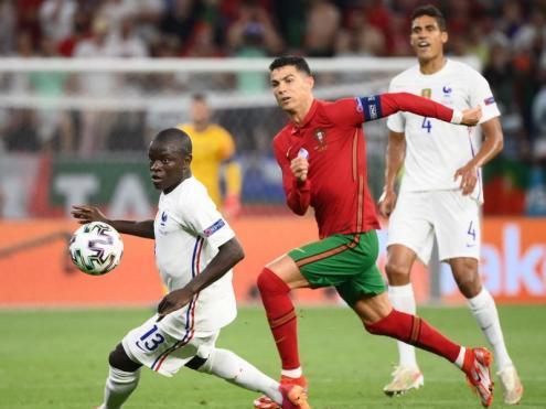 Ronaldo empaita Kanté sobre la gespa del Puskás Aréna