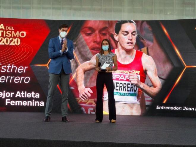 Esther Guerrero recull el premi