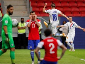 Samudio celebra el primer gol del partit davant la decepció xilena