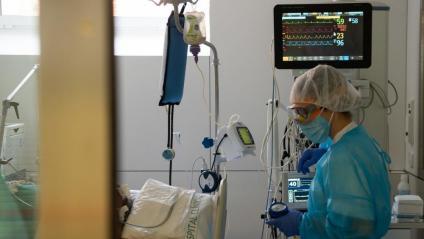 Una professional sanitària en una UCI del Clínic