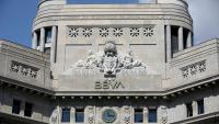 El que presideix la façana principal de l'edifici on avui hi ha la seu central de BBVA a Catalunya, tots dos amb la corona republicana