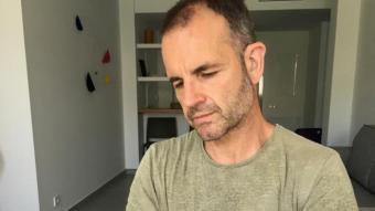 Jordi Llavina, amb el nou llibre a la mà, al seu domicili de Vilafranca del Penedès