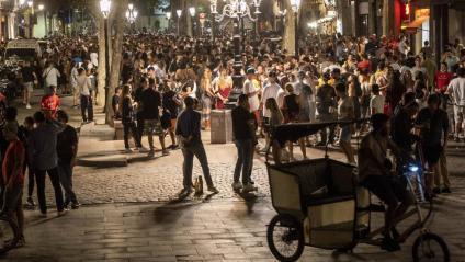 El passeig del Born de Barcelona ple de gent a mitjanit