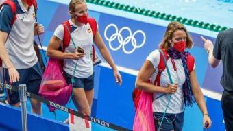 Mireia Belmonte camina pel costat de la piscina a Tòquio abans d'entrenar-se