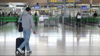 Un passatger a la zona d'arribades de la T1 de l'aeroport del Prat durant el primer dia d'operació sortida de Setmana Santa