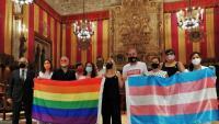Els regidors i els membres dels col·lectius LGTBI van posar en una foto abans de l'inici del ple municipal