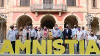 La trentena d'exdiputats de Junts pel Sí ahir davant del Parlament