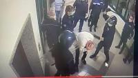 Un pres és colpejat amb porres pels policies a la presó italiana de Santa Maria Capua Vetere, a la Campània, el 6 d'abril passat