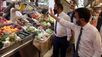 Aragonès visitant ahir un mercat de Terrassa en companyia de l'alcalde Jordi Ballart