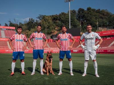 Arnau, Juanpe i Stuani, amb un gos a Montilivi