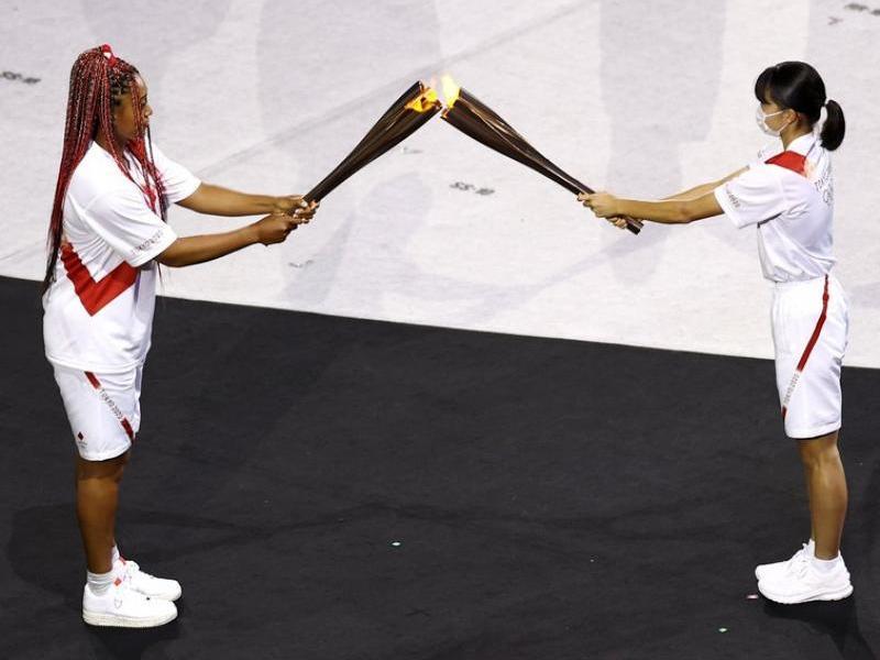 Naomi Osaka rep la flama abans d'encendre el peveter.