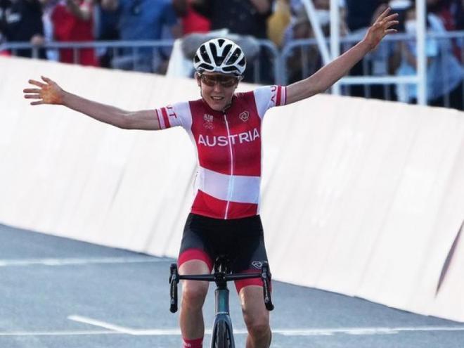 Kiesenhofer, celebrant el triomf.