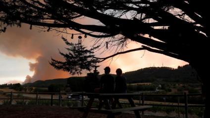 Veïns de Santa Maria de Montbui observen la columna de fum del foc de Santa Coloma de Queralt aquest diumenge al vespre