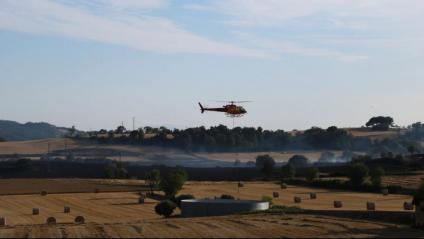 Un mitjà aeri carrega aigua per a les tasques d'extinció de l'incendi de la Conca de Barberà i l'Anoia
