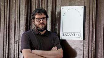 David Armengol, a l'entrada del centre d'art la Capella. El seu nomenament ha estat molt rebut al sector.