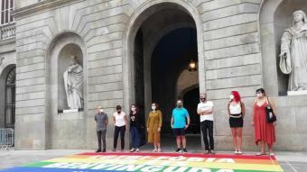 L'alcaldessa de Barcelona, Ada Colau, amb representats d'entitats davant la catifa que rebutja agressions LGTBI-fòbiques davant l'Ajuntament